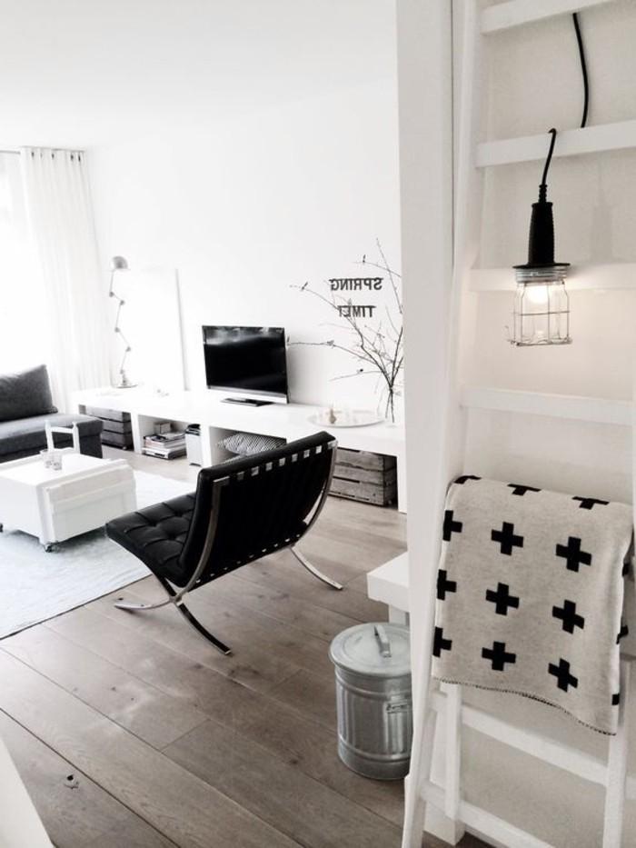 schlichtes-Interieur-minimalistische-Einrichtung-bequemer-Stuhl-in-Schwarz