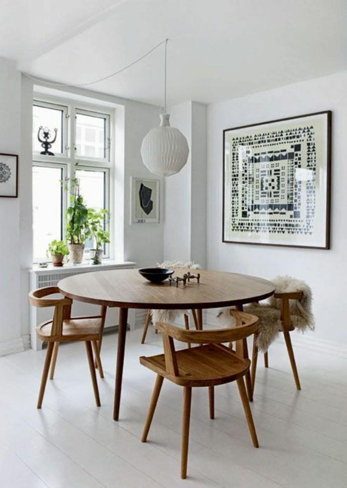 schlichtes-Interieur-runde-Pendelleuchte-hölzerne-Möbel