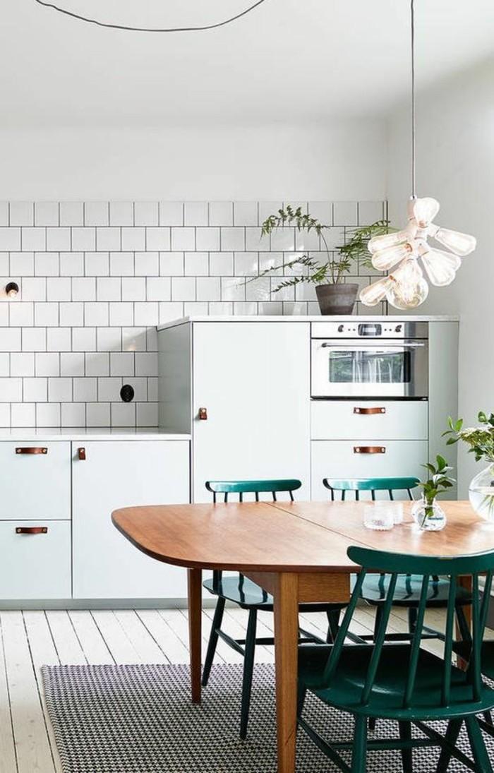 schlichtes-Küchen-Interieur-hölzerner-Tisch-grüne-Stühle
