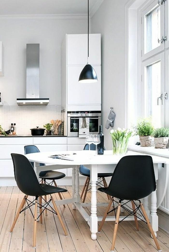 schlichtes-Küchen-Interieur-schwarze-Stühle