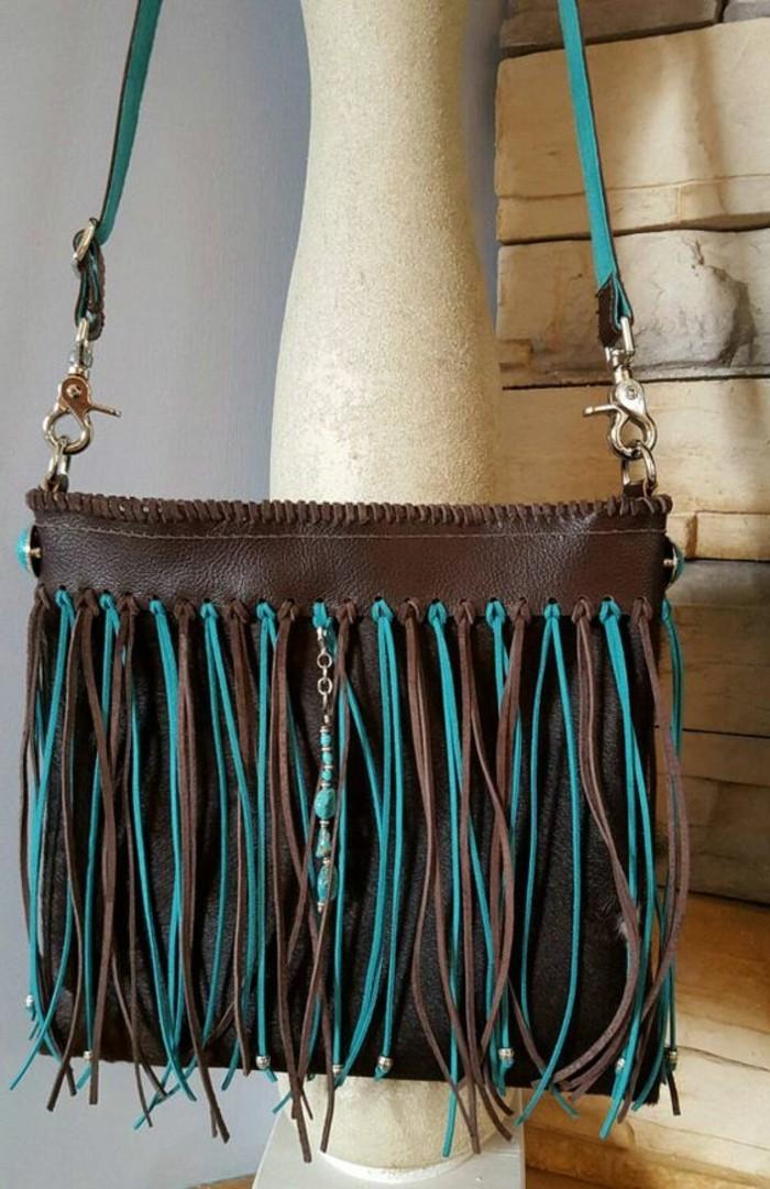 schlichtes-Modell-Handtasche-mit-Fransen-in-braun-und-türkis