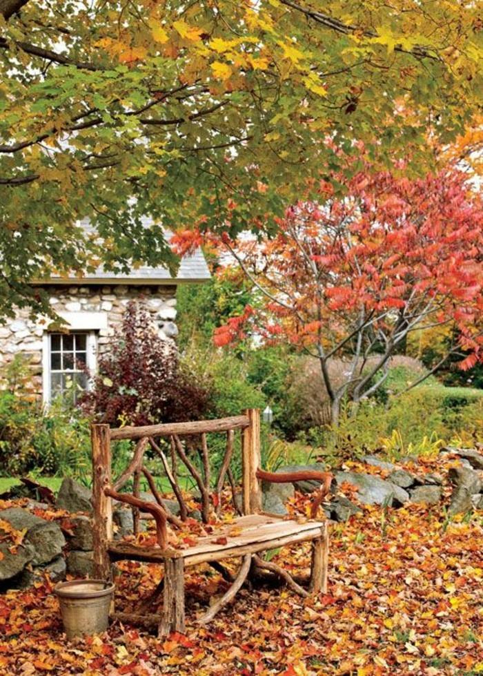 schlichtes-Modell-Holzbank-Garten-unter-den-Herbstblättern