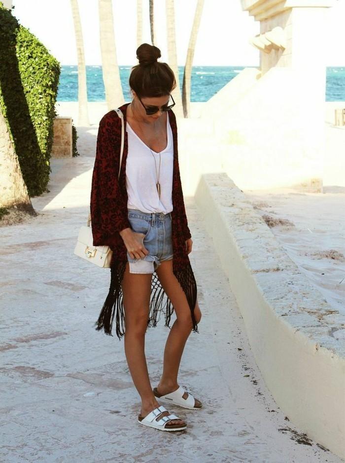 schlichtes-Modell-Kimono-für-Frauen-kombiniert-mit-kurzen-Denim-Hosen