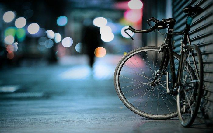 schlichtes-Modell-altes-Fahrrad-in-Schwarz