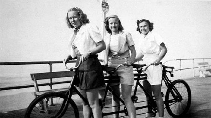 schwarz-weiße-Fotografie-Fahrrad-für-drei