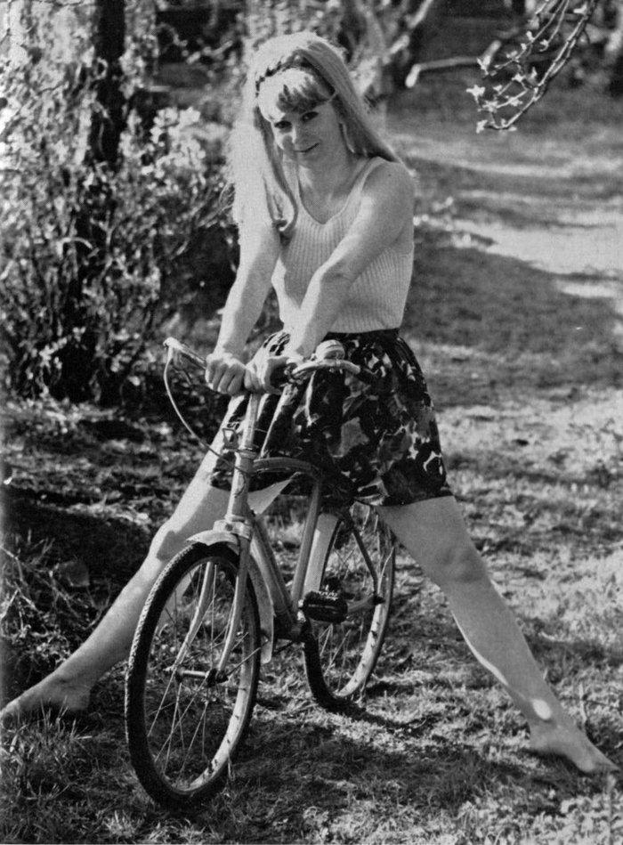 schwarz-weiße-Fotografie-Mädchen-auf-Fahrrad