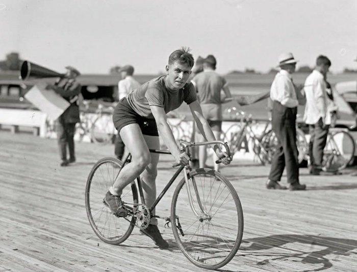 schwarz-weiße-Fotografie-Sportler-auf-seinem-Fahrrad
