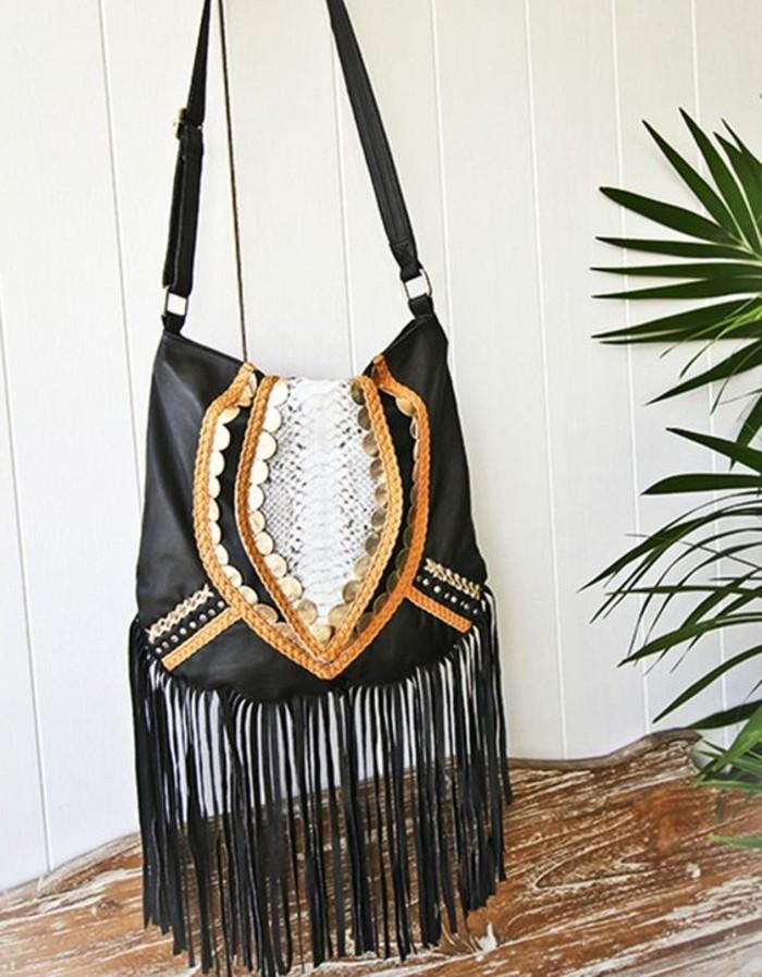 schwarze-Damentasche-mit-fantastischer-Dekoration