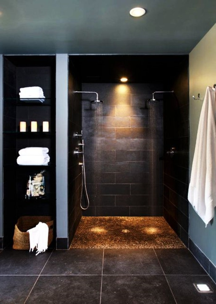schwarze-Fliesen-mit-verschidener-Größe-im-Badezimmer