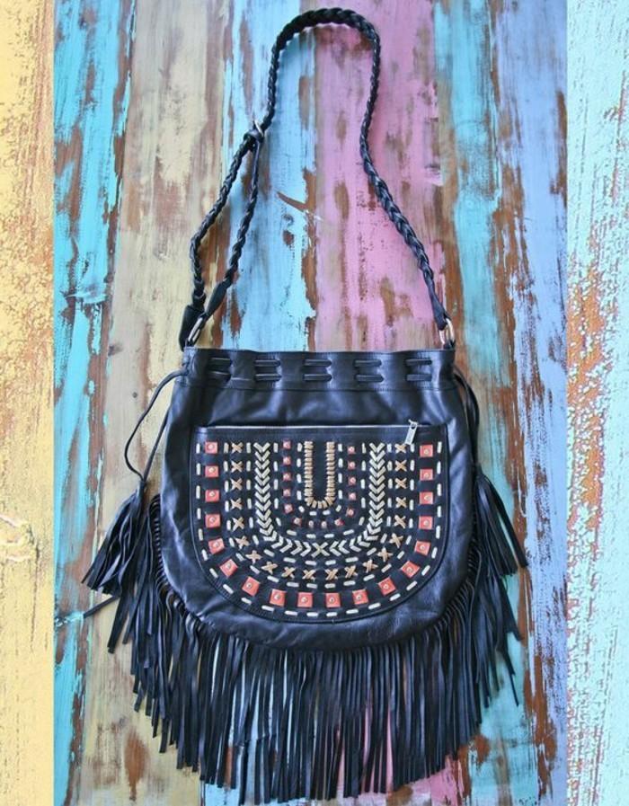 schwarze-Fransen-Tasche-mit-exotischer-Dekoration
