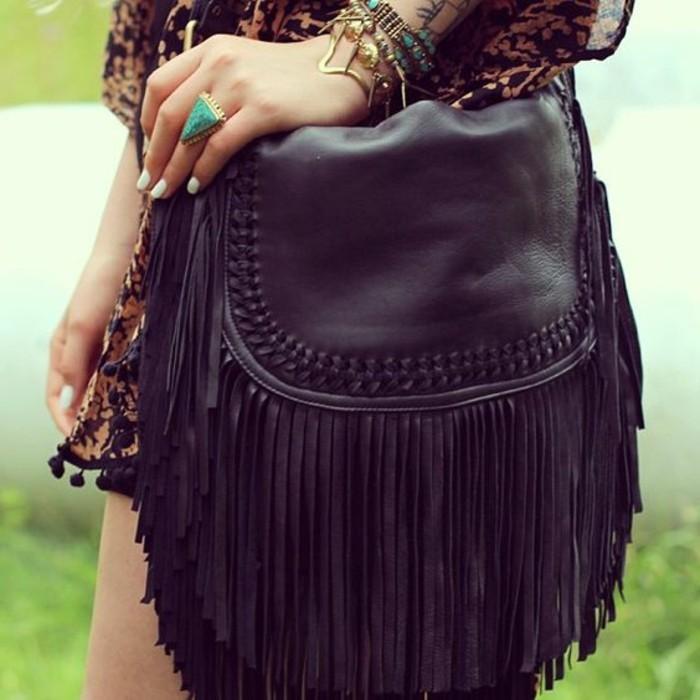 schwarze-Handtasche-mit-Fransen-und-Dekoration