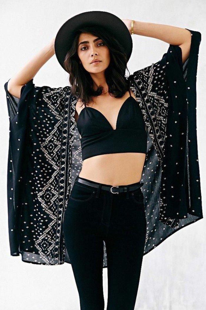 schwarzer-Outfit-lüftiges-Modell-Kimono
