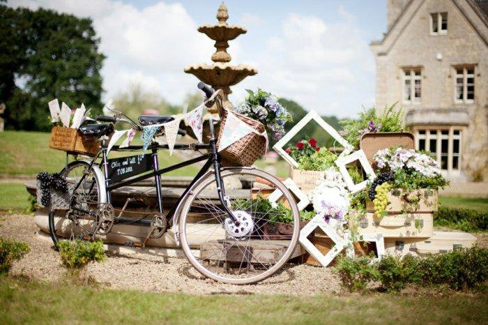 schwarzes-retro-Fahrrad-mit-Dekoration