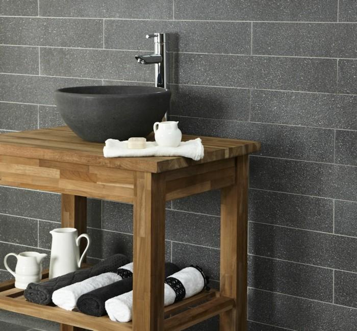 schwarzes-waschbecken-hölzerner-unterschrank-graue-wand-im-badezimmer
