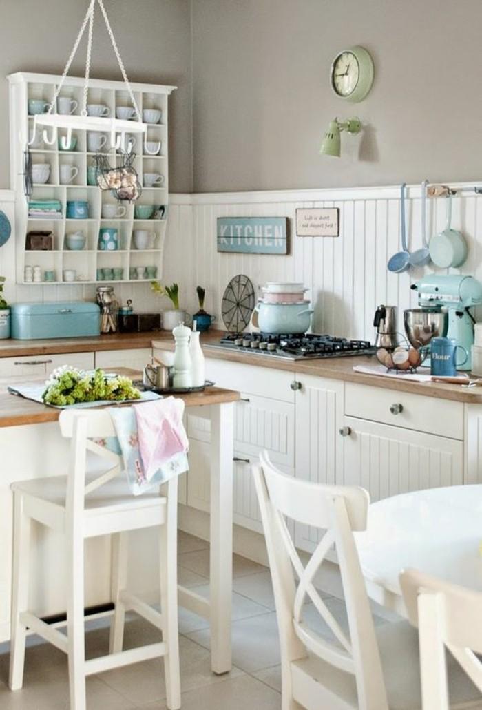 shabby-chic-Küchen-Gestaltung-weiße-Barhocker