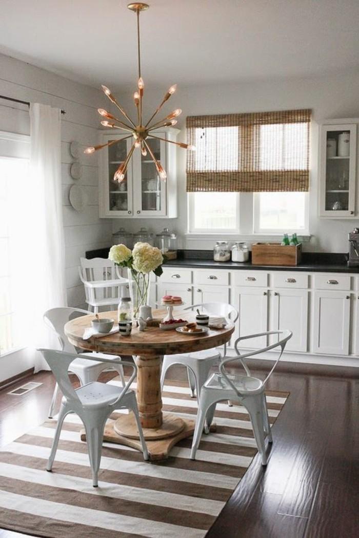 simple-Küche-runder-Tisch-aus-Massivholz-vintage-Lampe