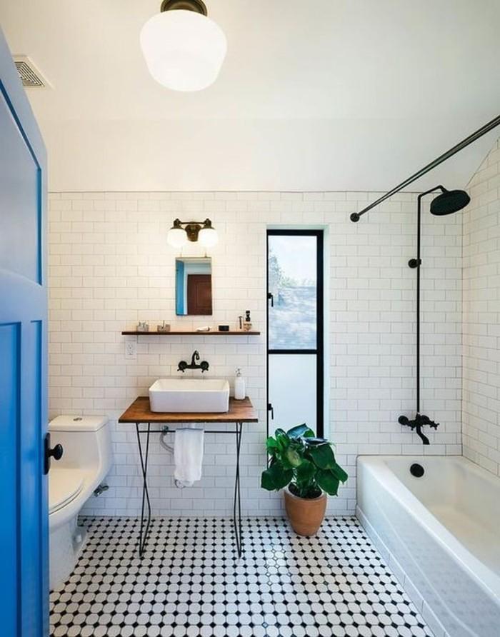 skandinavisches-Badezimmer-Interieur-interessante-Bodenfliesen-blaue-Tür
