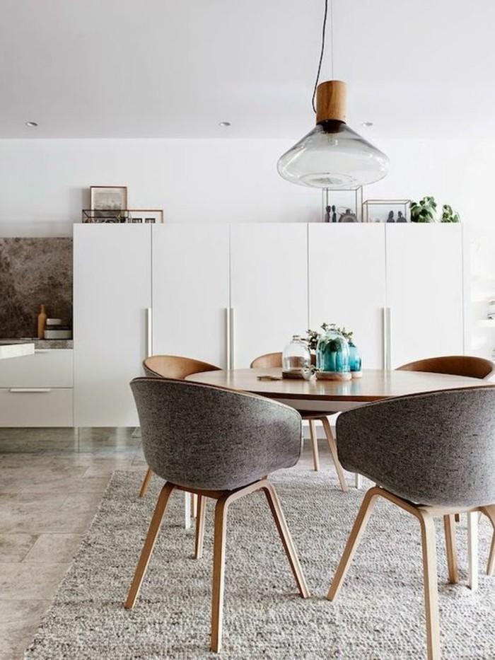 skandinavisches-Esszimmer-Interieur-graue-Stühle-mit-elegantem-Design