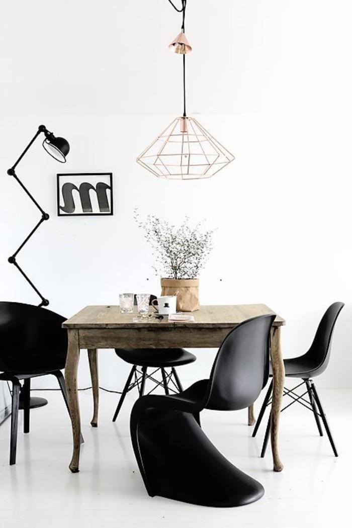 skandinavisches-Interieur-Kupfer-Leuchten-großartiger-Stuhl-in-Schwarz