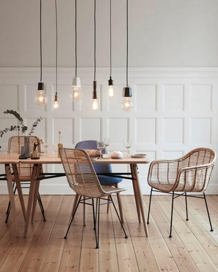 skandinavisches-Interieur-Pendelleuchten-Stühle-mit-einfachem-Design