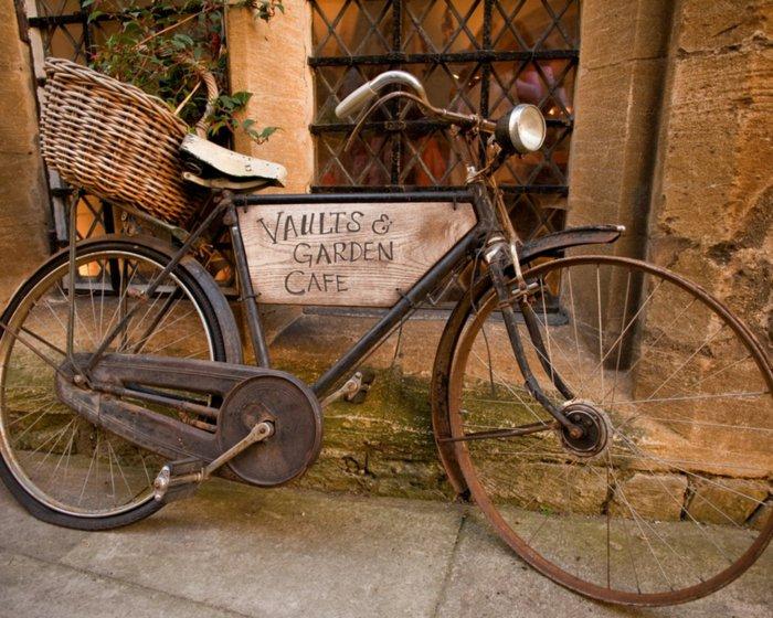 super-altes-Fahrrad-als-Dekoration-für-Cafe