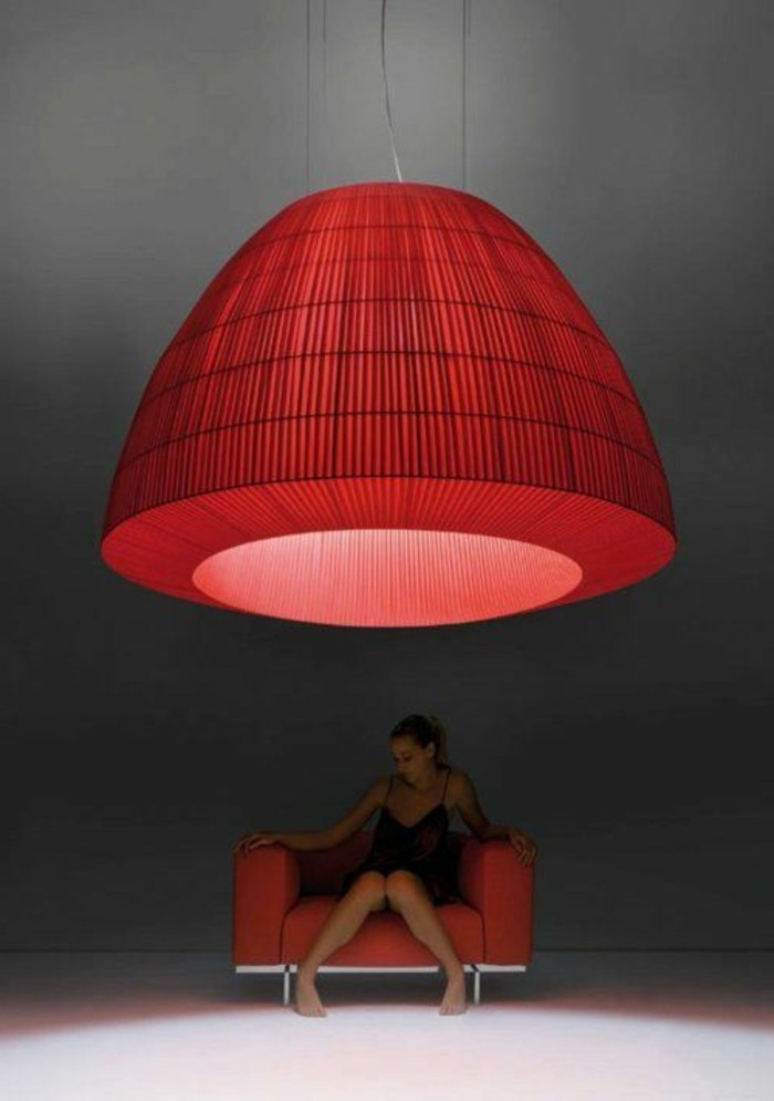 super-große-contemporary-Lampe-in-roter-Farbe