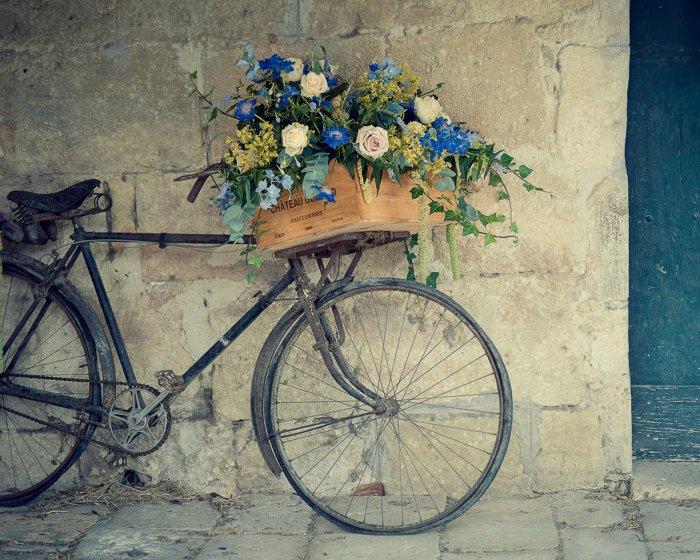 super-retro-Fahrrad-geschmückt-mit-Blumen
