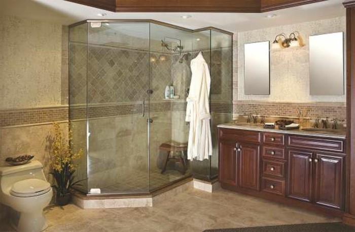 super-schönes-modell-badezimmer-mit-einer-großen-glaswand-dusche