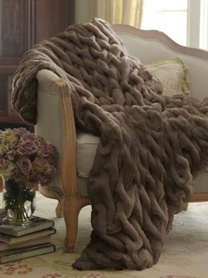 tagesdecke-für-bett-und-couch-braun-klassisches-sofa