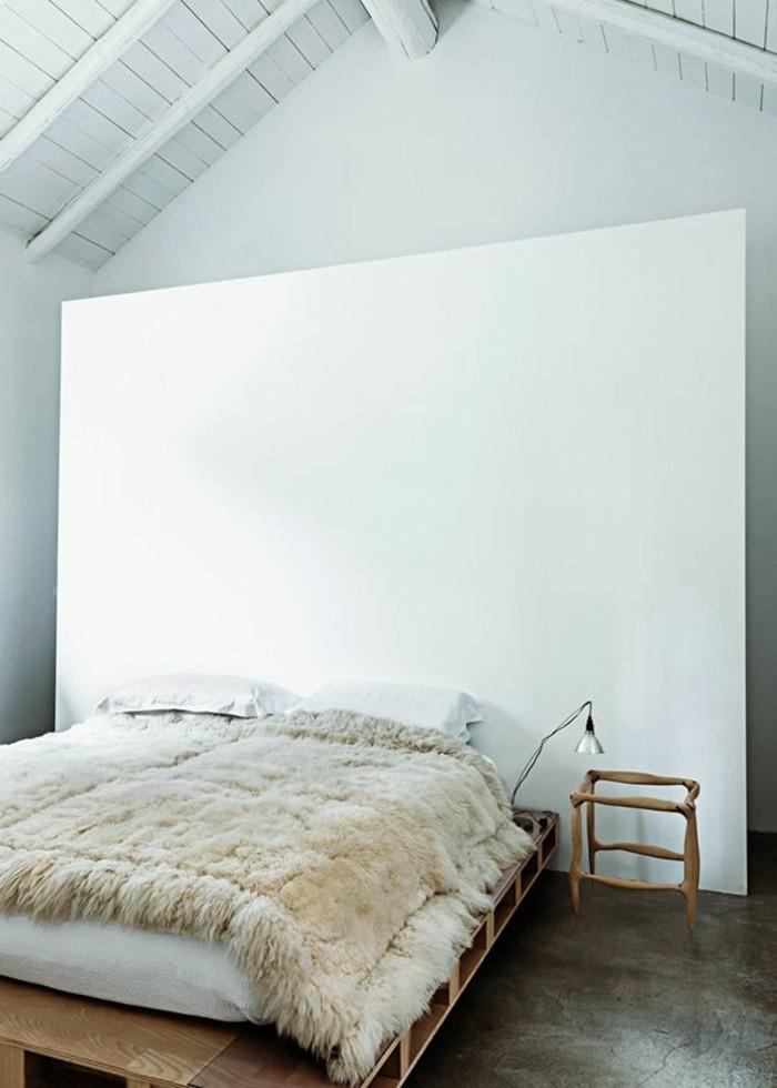 tagesdecke-für-bett-weiße-wand-im-dachgeschoss