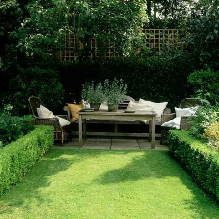 terrassengestaltung-ideen-grüner-gras-und-tolles-sofa-mit-kissen