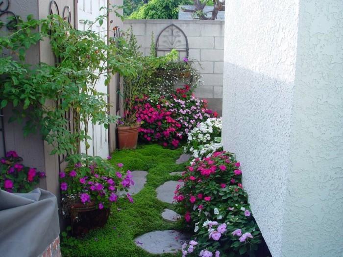 terrassengestaltung-ideen-herrliche-blumen-schöner-gras