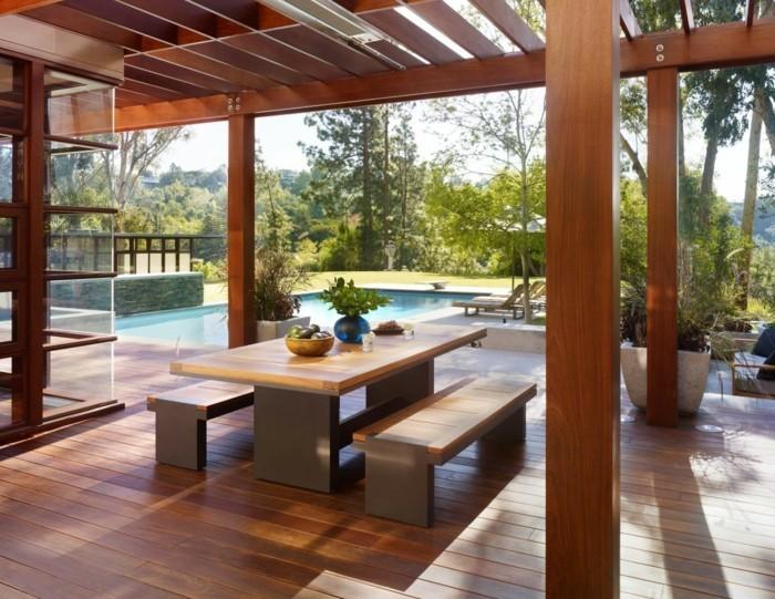 terrassengestaltung-ideen-moderner-tisch-mit-sitzbänken