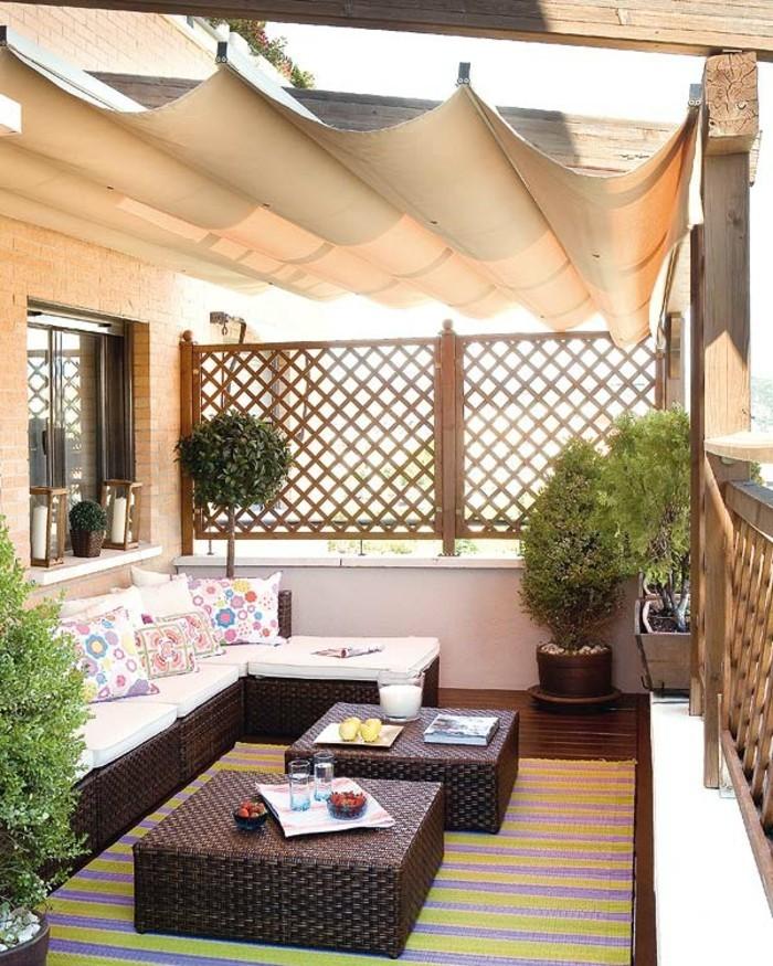 terrassengestaltung-ideen-schöne-nesttische-und-grüne-umgebung