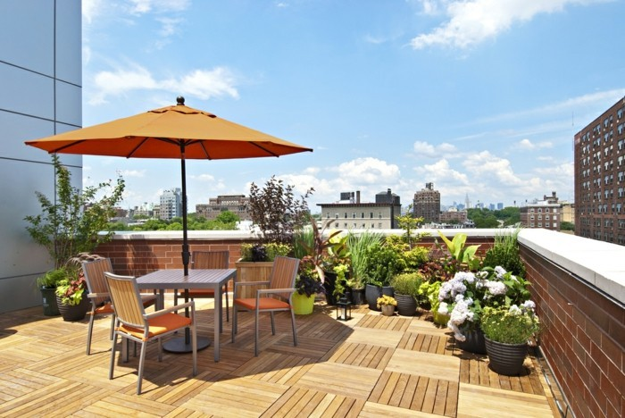 terrassengestaltung-ideen-schöner-sonnenschirm-orange-farbe