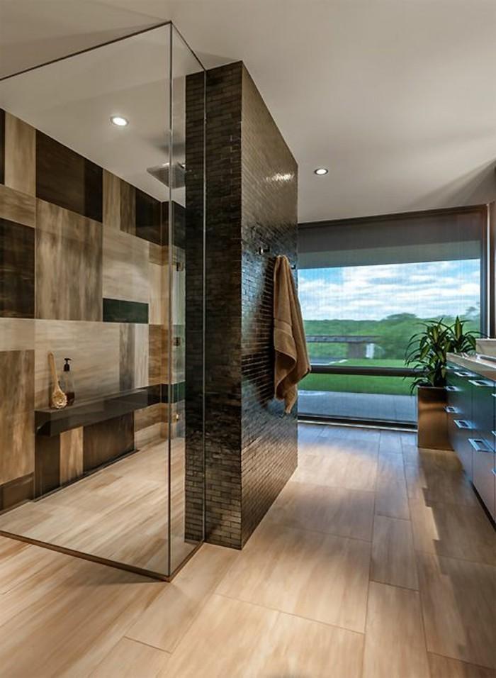 tolle-glaswand-dusche-im-schicken-großen-badezimmer