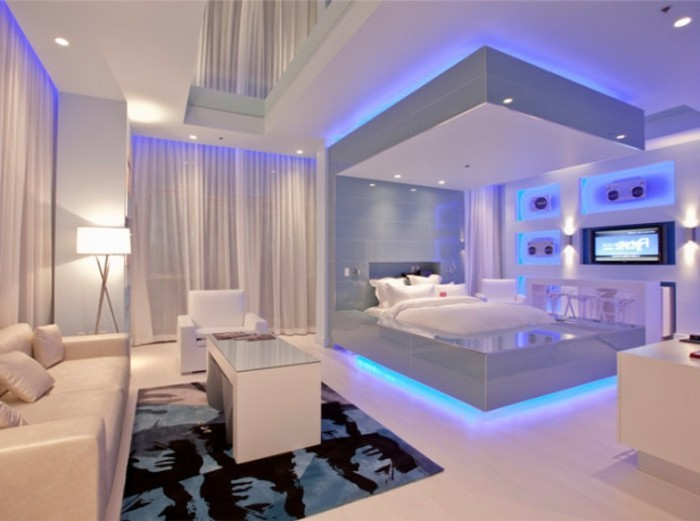 tolle-led-beleuchtung-im-weißen-modernen-schlafzimmer