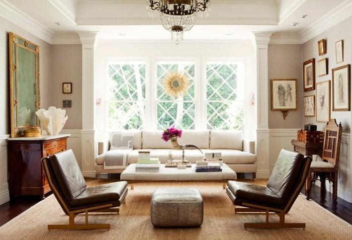 kleines schönes wohnzimmer mit einem weißen sofa und beige