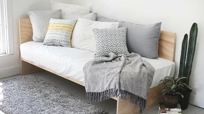 tolles-modell-sofa-mit-dekokissen-zimmer-dekorieren