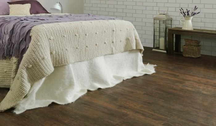 tolles-schlafzimmer-mit-einem-kreativen-bett-modell-vinylboden-verlegen