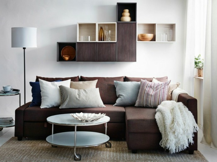 cappuccino wohnzimmer: -sofa-und-elegante-kissen-farbe-cappuccino-und-weiß-im-wohnzimmer