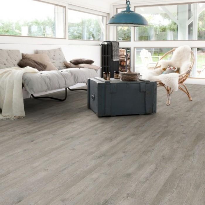 tolles-wohnzimmer-vinylboden-verlegen-weißes-sofa