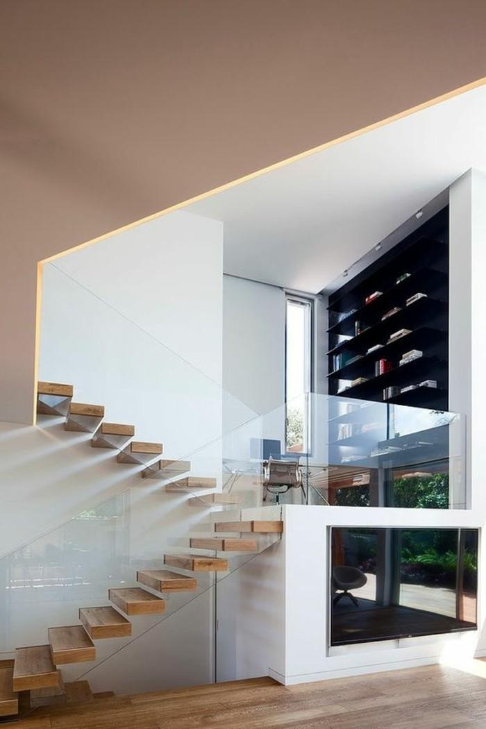 treppe-mit-glasgeländer-beige-weiße-wände