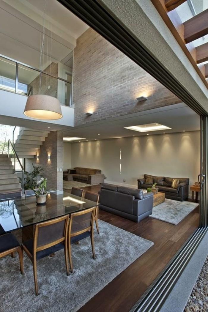 treppe-mit-glasgeländer-essbereich und-sitzecke