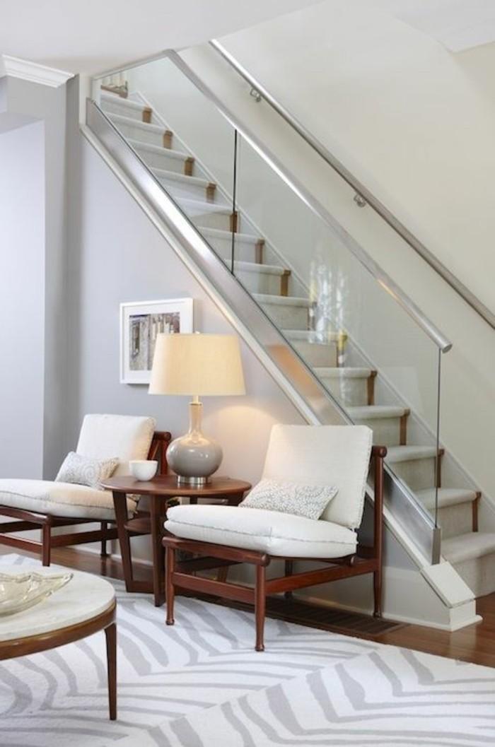 treppe-mit-glasgeländer-halle-mit-lounge-möbel