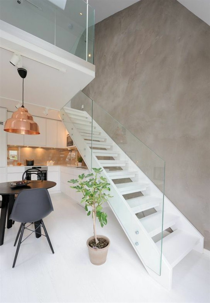 treppe-mit-glasgeländer-in-der-küche