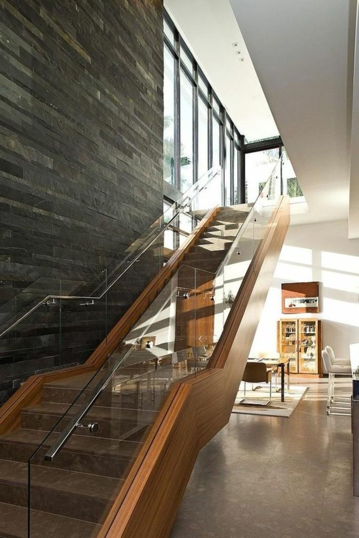 treppe-mit-glasgeländer-massiv-steinwand