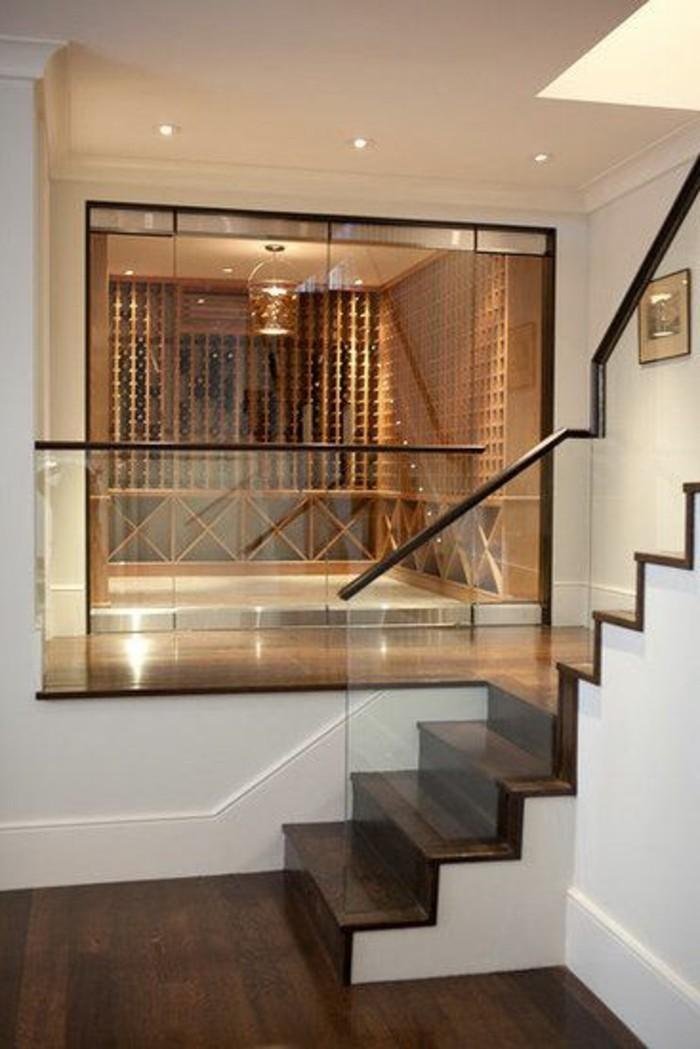 treppe-mit-glasgeländer-und-dunkel-holz