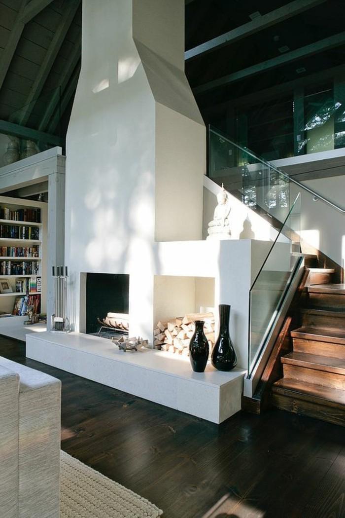treppe-mit-glasgeländer-und-großer-kamin