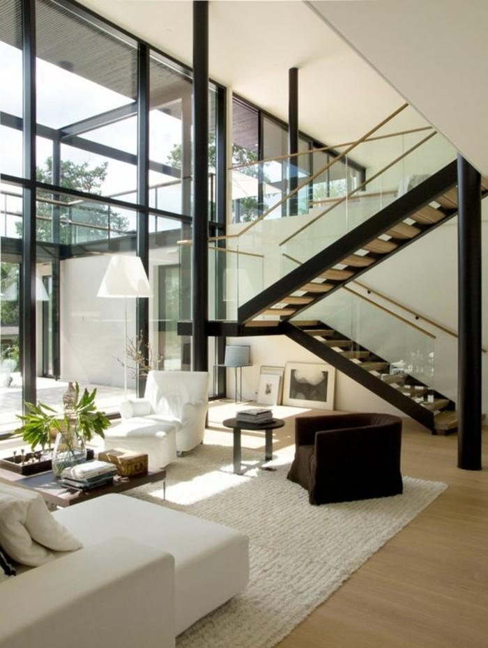 treppe-mit-glasgeländer-und-weiße-lounge-möbel